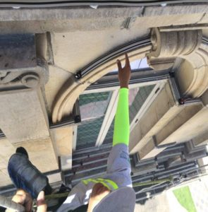 Fuera Aves PRO employee installs Avishock™ on a window arch